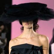 Von Dior ist Bill Gaytten kürzlich als Chefdesigner zu John Galliano gewechselt. Dort macht er klare Ansagen. Schlicht, schwarz, streng und Haut da, wo sie hingehört.