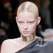 Bei der Nicht-Farbe Schwarz geht auch Riccardo Tisci in dieser Kreation für Givenchy's mit. Doch bei ihm darf es etwas opulenter sein.