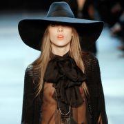 Den traditionellen Saint-Laurant-Chic peppte er mit verruchtem Glamour auf.