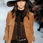 Oder ganz klassisch, das Cowgirl mit Bogart-Hut-Verschnitt.