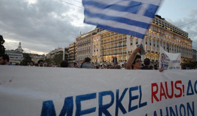 Am Tag vor Angela Merkels Griechenland-Besuch gehen bereits Hunderte Hellenen auf die Straße. Sie machen deutlich: Die Kanzlerin ist bei ihnen nicht willkommen. (Foto)