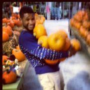Sänger Usher Raymond twittert sich mit einer handvoll Kürbissen.