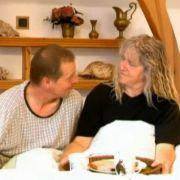 Alfred und Birgit lassen es gemütlicher angehen - mit einem gemeinsamen Frühstück nach der ersten Nacht im Schaukelbett.