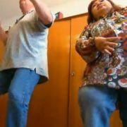 ... bevor Thailänderin Jiraporn (rechts) einen Crashkurs in Sachen Tanz gibt.