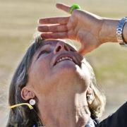 Den Aufstieg im Blick hat Baumgartners Mutter Eva. Sie bangte mit Familie und Freunden vor Ort in Roswell, New Mexico, um ihren Sohn.