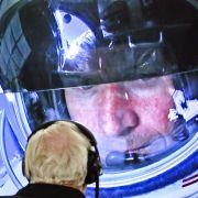 Auf dem Weg nach oben tauschen sich Baumgartner und Team-Mitglied Joe Kittinger über die Bedingungen aus. Kittinger selbst stellte mehrere Luftfahrt-Weltrekorde auf.