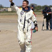 Geschafft! Extremsportler Felix Baumgartner hat seinen waghalsigen Sprung vom Rande des Weltalls mit Bravour gemeistert. Keines der Schreckensszenarien ist eingetreten. Der Österreicher kann sich nun schnellster Mensch der Welt nennen.
