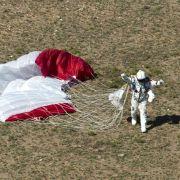 Nach weiteren viereinhalb Minuten ist alles vorbei. Baumgartner landet blitzsauber in der Wüste New Mexicos und kann schon kurz nach der Landung jubeln.