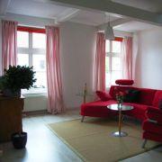 Wohnen in der ehemaligen Kirche in Neustadtgödens: Michael Kornowski vom Online-Portal kirchenkauf24 hat den Verkauf an Privatleute abgewickelt, heute sieht das Gebäude fast aus wie ein ganz normales Wohnhaus.