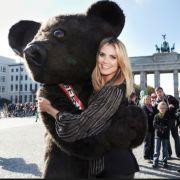 ... bei einem Kurzbesuch in Deutschland knuddelte sie mit dem Berliner Bären.
