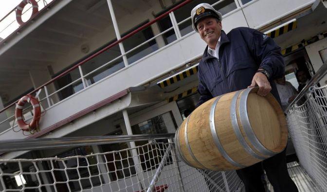 Auf See kann man sich auch fühlen wie im Knast. Zum Glück haben Seemänner ihre «Buddel» dabei (Flasche), wenn sie «Clubbing» machen.