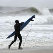 Surfer flieht vor