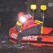Rettungskräfte waren deshalb auf Schlauchboote angewiesen.