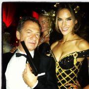... noch ein heißes Bond-Girl-Outfit parat.