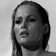 Das erste, heißeste und legendärste Bondgirl ist und bleibt Ursula Andress alias Honey Ryder, die in