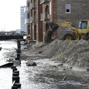 Mit schwerem Gerät rücken die US-Amerikaner den Schäden des Supersturms «Sandy» entgegen.