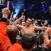 Doch am Ende ließ sich Wladimir für seinen überdeutlichen Punktsieg im Ring feiern.