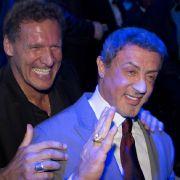 Sylvester Stallone (rechts) und Ralph Möller schauten sich den Kampf in Hamubrg an. Ihren Spaß hatten die Mimen offenischtlich dabei.