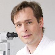 Unser Experte am Telefon: Roland Ritzel, Facharzt für Augenheilkunde im AugenZentrumBauer in Bremen.
