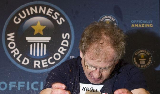 Karate-Künstler Mohammed Kahrimanovic dürfte nach seinem Rekordversuch ziemliche Schmerzen gehabt haben. Zum «Guinness World Records Day 2012» Er zerschlägt 16 Kokosnuss-Paare mit seinen Händen innerhalb von einer Minute. (Foto)