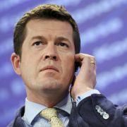 Nach seinem Rücktritt wegen der Plagiatsaffäre startet Ex-Verteidigungsminister Karl-Theodor zu Guttenberg in Amerika durch.