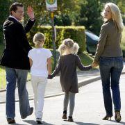 Hoffnungen, er werde mit seiner Familie nach Deutschland zurückkehren und womöglich zur Wahl 2013 wider politisch mitmischen, zerstreute Guttenberg zuletzt: «Meine Familie und ich sind dafür zu glücklich in den Staaten.»