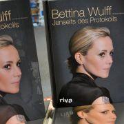 Den Sommer zuvor hatte seine Frau Bettina mit ihrer Autobiografie Jenseits des Protokolls für Schlagzeilen gesorgt.