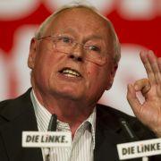 Sein Parteikollege Oskar Lafontaine hielt es 1999 (damals noch SPD) im Kabinett Schröders nicht mehr aus und legte sein Amt als Finanzminister nach internen Querelen nieder. 2005 startete er mit der WASG sein Comeback.