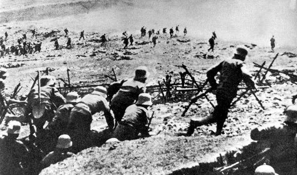 Imageproblem hin oder her: Manchmal allerdings wittern Wölfe fette Beute – und werden aggressiv. So musste der Erste Weltkrieg kurzzeitig unterbrochen werden, weil deutsche und russische Front derart massiv von Wolfsrudeln angegriffen wurden.