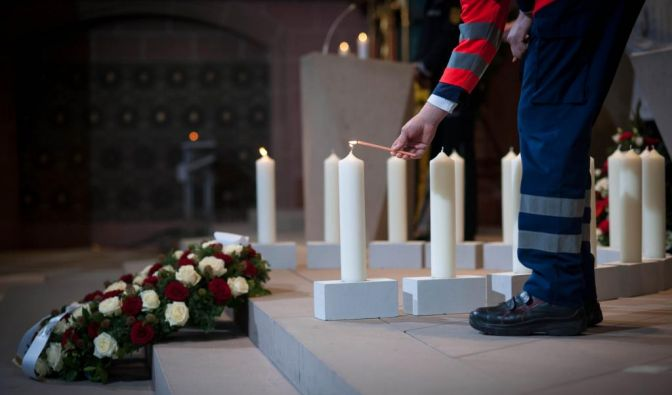 Für die 14 Opfer der Brandkatastrophe wurden Kerzen entzündet.