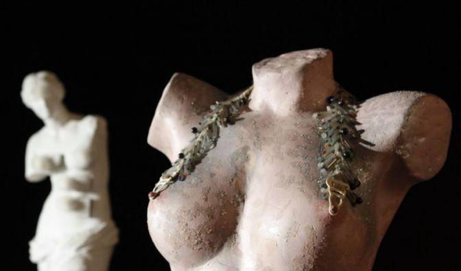 Irgendwie müssen Brüste gehalten werden, das war der Menschheit schon immer klar. (Foto)