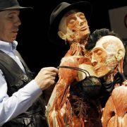 BH bis zum bitteren Ende: Plastinator Gunther von Hagen zieht einer präparierten Leiche einen Büstenhalter über.