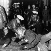 Die Revolutionäre der 68-er Bewegung und auch die Hippies hemmten dann die Entwicklung des BHs.