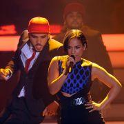 Für den nötigen Glamour in der Show sorgen: Alicia Keys, die ihren Hit Girl On Fire performt, ...