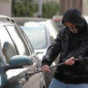 Und im hessischen Homberg versuchte sich ein Autoknacker ausgerechnet an einem Zivilfahrzeug, in dem zwei Polizisten seinen liebsten Wirkungsort beobachteten.