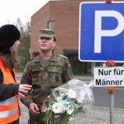 In diesem Jahr machten auch Parkplätze für Männer Karriere: In Triberg etwa darf der Mann noch Mann sein. Das Städchen in Baden hat in seinem neuen Parkhaus Parkplätze extra für Männer geschaffen.