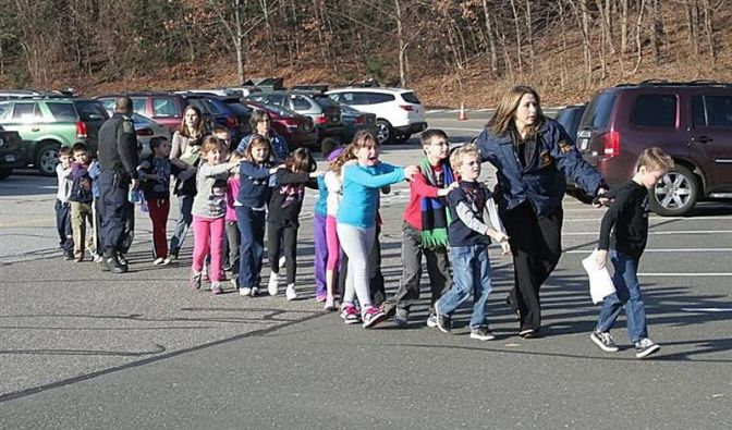 Polizisten evakuieren Kinder aus der Grundschule.