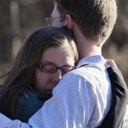 Die Betroffenen stehen unter Schock. Wut, Entsetzen und Trauer herrschen vor der Sandy Hook Elementary School.