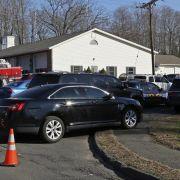 Einsatz- und Rettungskräfte sperrten die Straßen um die Grundschule weiträumig ab.