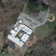 Luftbild der Grundschule in Newton im US-Staat Connecticut.