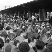 Großer Bahnhof für die Helden von Bern am Tag nach dem WM-Triumph 1954. Auf die Idee, Deutschland-Fahnen, -Schals, -Trikots oder -Mützen mitzubringen, kam neun Jahre nach Kriegsende keiner.