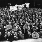 Fans von Nottingham Forest 1959: Man beachte die Transparente oben und den Fanschal (untere Reihe, Mitte).