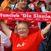 Diese Mainzer Omma hält ihrem Club den Schal - bis zum bitteren Ende, so steht es auf dem Fanartikel geschrieben.