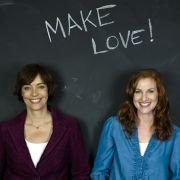 Tina Bremer-Olszewski (rechts) und Ann-Marlene Henning räumen in ihrem Buch Make Love auch mit den Pornolügen auf.