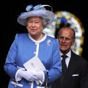 Königin Elizabeth II. und ihr Gemahl Prinz Philip haben sich für einen Gottesdienst in der Londoner St. Pauls Cathedral für ein festliches Outfit entschieden.