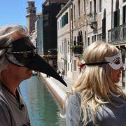 Die venezianischen Masken stehen Herrn und Frau Geiss ausgezeichnet.