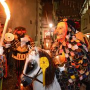 Narren wecken die Konstanzer mit Musik und Tanz