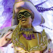 Venezianisches Flair in Rio: Diese junge Dame mutet von der Kostümierung her ein wenig europäisch an.