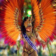 Die Kostüme der Sambaschüler sind so fantasievoll und detailreich, als wären sie direkt einem farbenfrohen Märchen entsprungen.
