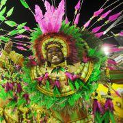 Farbexplosion! Auch die Mitglieder der Sambaschule Mangueira geben alles. Am Aschermittwoch entscheidet die Jury, wem die begehrte «Karnevalskrone 2013» zufällt.